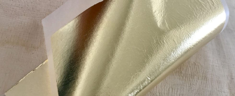 Imitation leaf on transfer paper can be handled without touching the metal leaf.